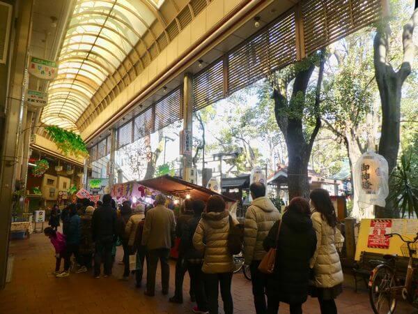【守口】元旦に土居の商店街に大行列!毎年増えている守居神社への初詣の人で商店街がにぎわっていました。