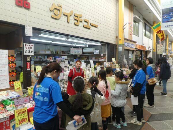 子ども食堂、商店街で買い物