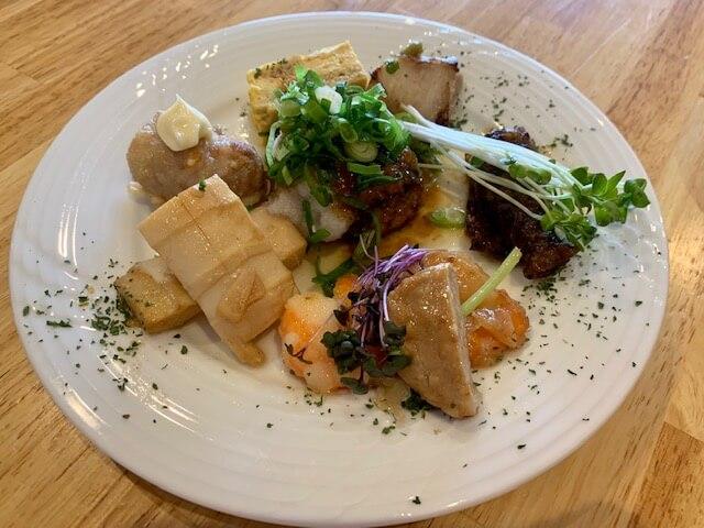 【門真市】コモザ古川橋に満腹の1000円ランチ、おかず7品盛りに生パスタ・カレー・サラダは食べ放題のお店が出来ていました!
